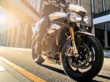 Triumph améliore la 1050 Speed Triple : 150 chevaux et écran TFT.