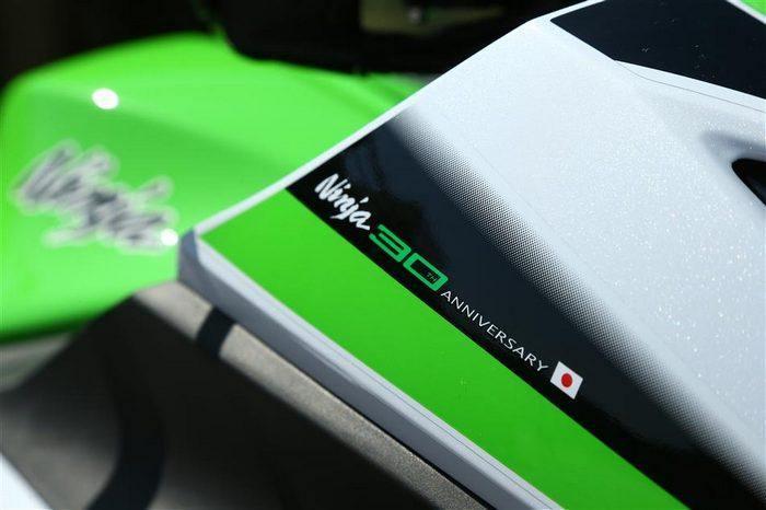 Kawasaki Ninja 300 R 30ème anniversaire 2015 - 9
