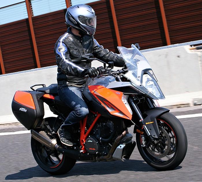 https://www.motoplanete.com/ktm/zoom-700px/Essai-seb-KTM-1290-Superduke-GT-700px.jpg