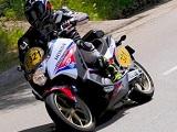 Moto Tour - Motos et scooters en face à face.
